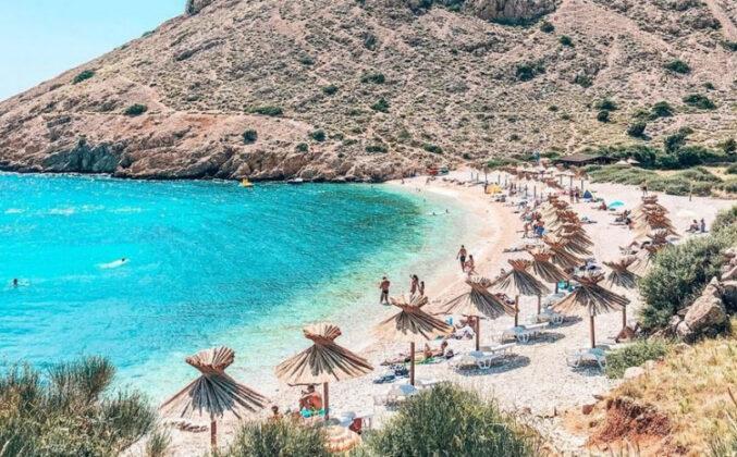 Na plaži možete iznajmiti efektne suncobrane i ležaljke koji će vam pružiti potreban hlad