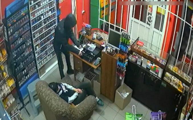 Razbojnik iz Bijeljine prijeteći pištoljem ukrao mobitele vrijedne 5.000 KM