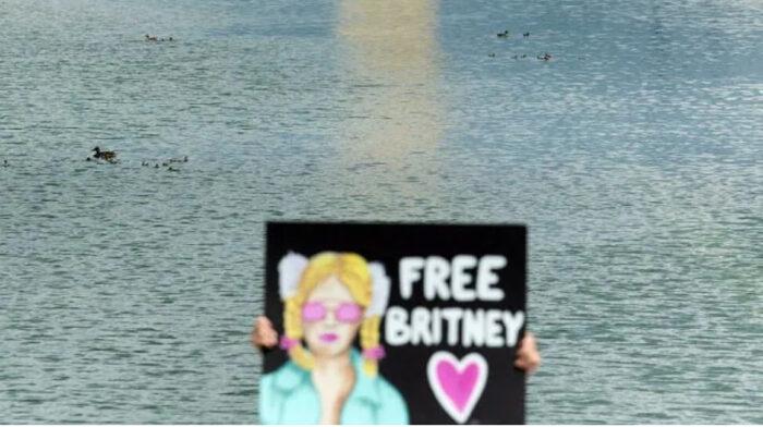 "Žena drži znak ""Slobodna Britney"" tokom skupa ispred Lincoln Memorial protestirajući protiv konzervacije Britney Spears 14. jula 2021. u Washingtonu, Brendan Smialowski AFP / File"