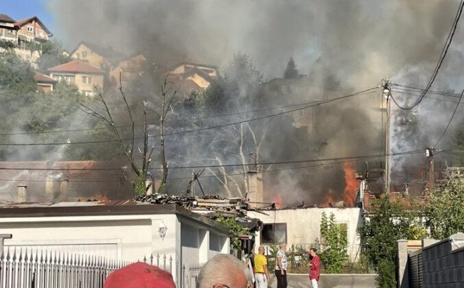 Video / Tokom gašenja požara došlo do varničenja na strujnim kablovima