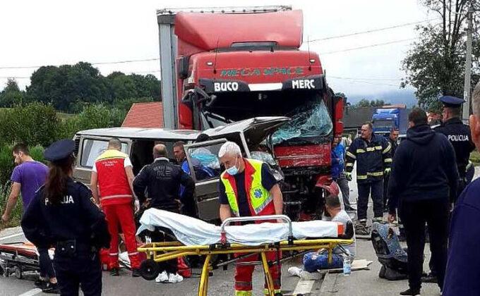 U stravičnom sudaru kamiona i kombija kod Kiseljaka jedna osoba poginula