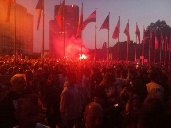 Veliki protesti protiv korona mjera u Ljubljani, demonstranti bacaju baklje na Parlament