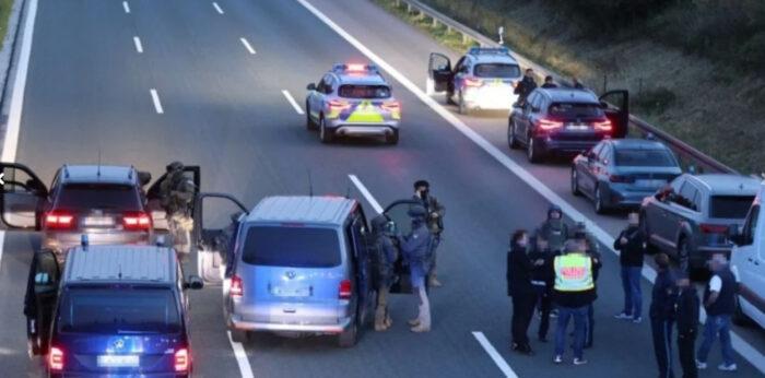 Talačka kriza u Njemačkoj: Naoružani Balkanac drži taoce u autobusu