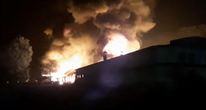 Obustavljen saobraćaj na putu Tuzla – Orašje, gori fabrika